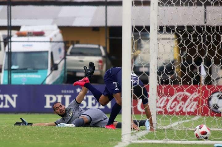 Автогол тижня: воротар забив собі при спробі обіграти нападника суперників (відео)