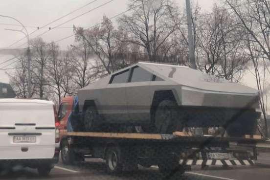 У Києві побачили Tesla Cybertruck