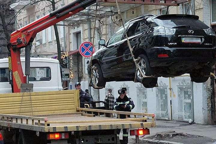 Водії можуть сплатити штраф через телефон та забрати авто, - мерія - У столичній мерії стверджують, що евакуйоване авто можна повернути за допомогою мобільного додатку