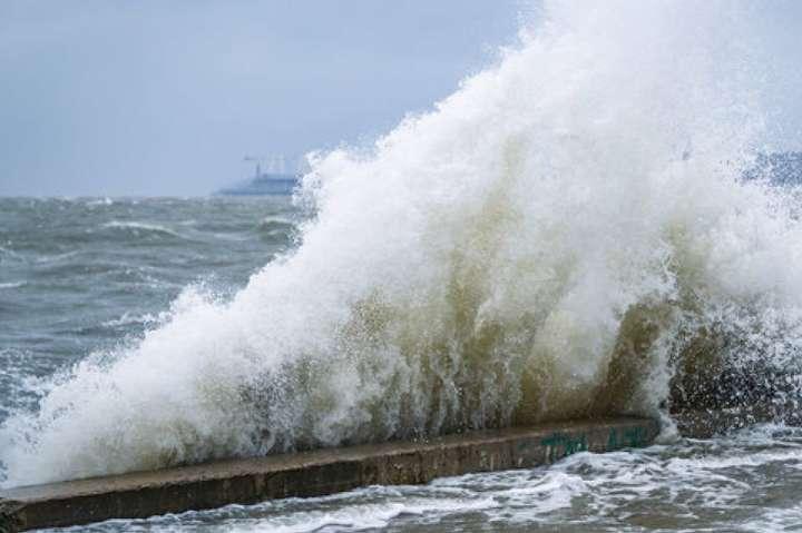 Азовське море штормить: хвилі можуть сягнути двох метрів