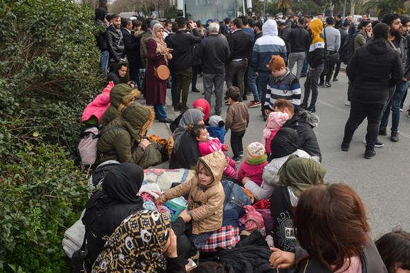 Сотні сирійських біженців пішки попрямували до ЄС - Туреччина відкрила кордон: сотні сирійських біженців пішки попрямували до ЄС