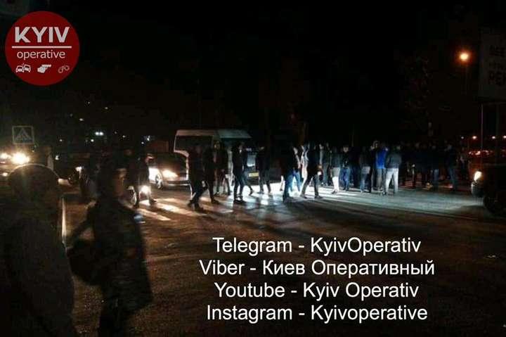 Під Києвом люди перекрили дорогу після наїзду авто на пішохода - Під Києвом люди перекрили дорогу після наїзду авто на пішохода