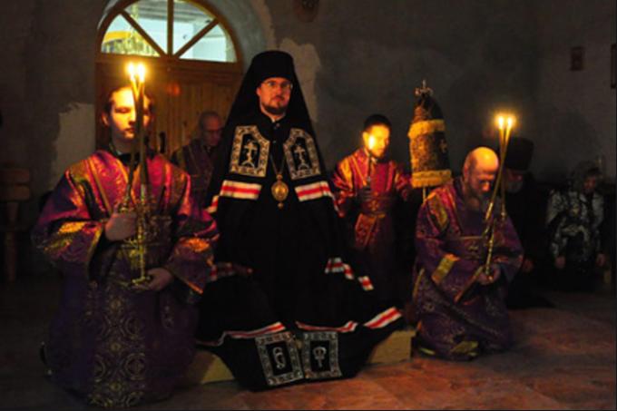 Єпископ Флавіан (у центрі) - Скандал у Московській церкві: в помешканні єпископа знайшли нарколабораторію. Кирило вже відреагував
