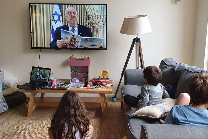 <p>Ривлин начал читать сказки для детей, находящихся на карантине</p> <p> — Президент Израиля читает детям сказки онлайн, чтобы родители отдохнули во время карантина (видео)»></p></div> <div class=