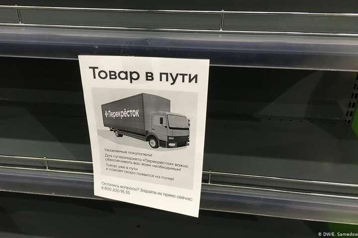 <p>Порожні полиці в одному з російських магазинів. Тут розкупили всю гречку</p> <p> — Російській владі доведеться визнати, що країна входить в важку економічну кризу»></p></div> <div class=