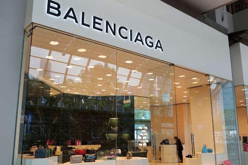 Yves Saint Laurent и Balenciaga будут шить медицинские маски