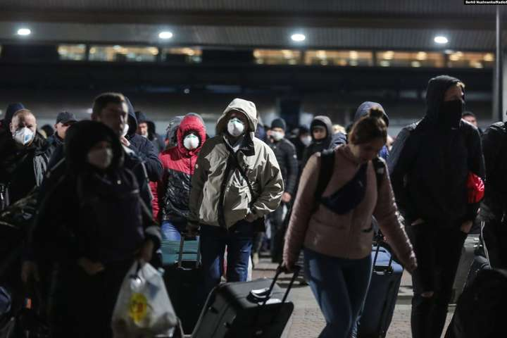 23 березня до України прибули потяги з евакуйованими українцями з Риги. Фото: Радіо Свобода — Про карантин та українців, які повернулися додому з-за кордону