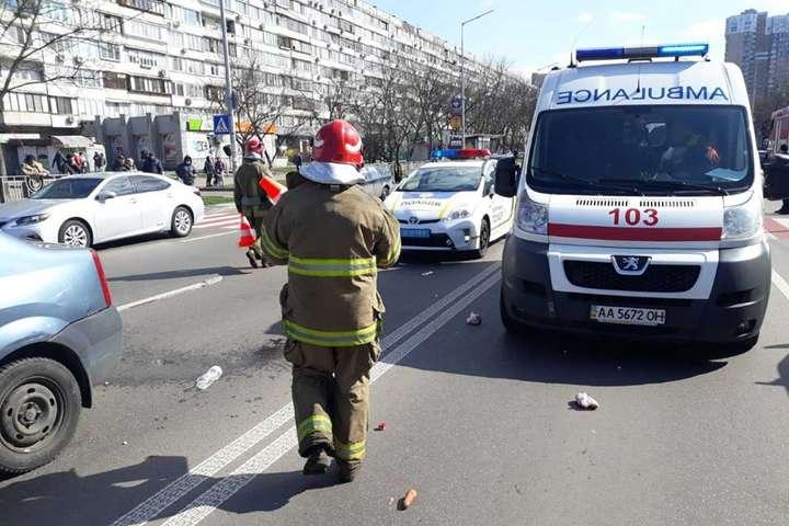 <p>Рятувальники надали допомогу жінці та дитині, яких збило авто</p> <p> — В Києві на «зебрі» автомобіль збив жінку з дитиною (фото)»></p></div> <div class=