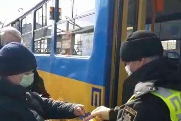 Правоохоронці перевіряють у пасажирів спецквитки - Як поліція Києва забезпечує дотримання обмежень у транспорті (фото, відео)
