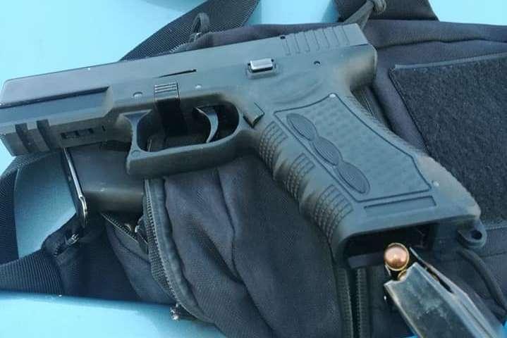 У салоні авто патрульні знайшлибойові пістолети «Глок» та ПМ - Під Києвом патрульні виявили зброю в автомобілі порушника (фото)