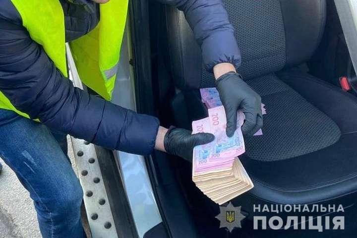 Правопорушника силовики затримали на вулиці під час отримання 70 000 гривень - У Києві на хабарі попався проректор екологічної академії