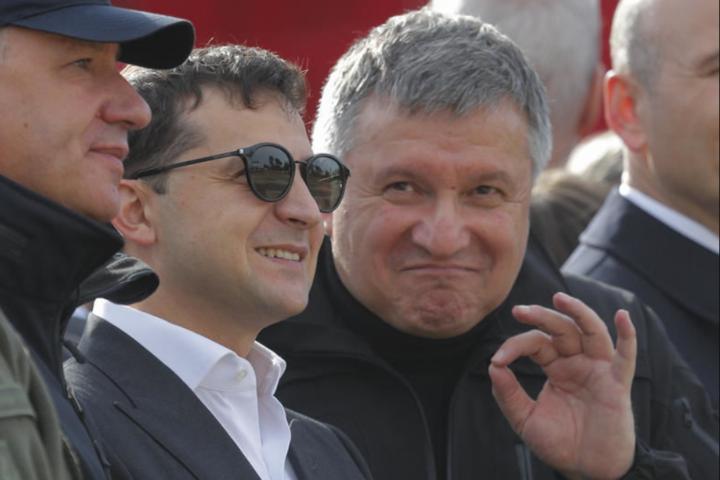 Введення надзвичайного стану ще більше посилить самого міністра МВС Авакова - Аваков під час «чуми». Очільник МВС хоче взяти під контроль ще й митницю