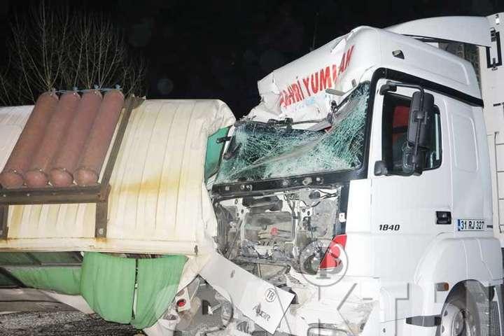 Вантажівканалетіла на два автобуси ПАЗ, що стояли на узбіччі - Смертельна ДТП під Києвом: фура протаранила два автобуси (фото)