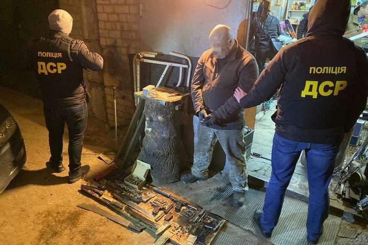Чоловіка затримали біля гаражного кооперативу «Кадетський Гай» - У Києві іноземець зберігав арсенал зброї у гаражі (фото)