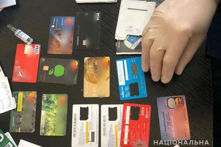 <p>Затримали хакерів, які викрадали гроші з рахунків суб&rsquo;єктів господарювання.</p> <p>Фото:Нацполіція</p> <p> — Правоохоронці викрили хакерів, які вкрали кілька мільйонів гривень «></p></div> <div class=
