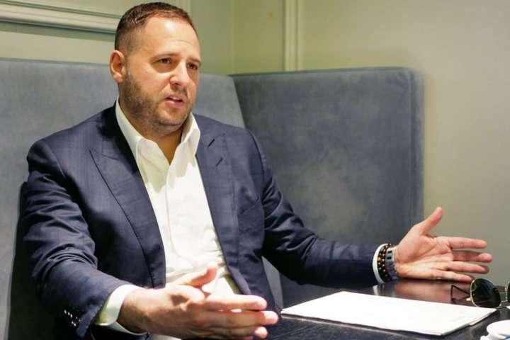 Голову Офісу президента Андрія Єрмака звинувачують у масштабному втручанні в кадрові призначення по всій країні - Нардеп від «Слуги народу» стверджує, що «Альфа» охороняє головного корупціонера Києва за наказом Єрмака