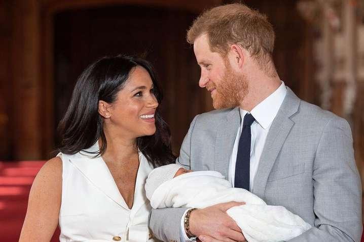 Принц Гарри и Меган Маркл с сыном Арчи - Меган Маркл запретила принцу Гарри навестить больного коронавирусом отца