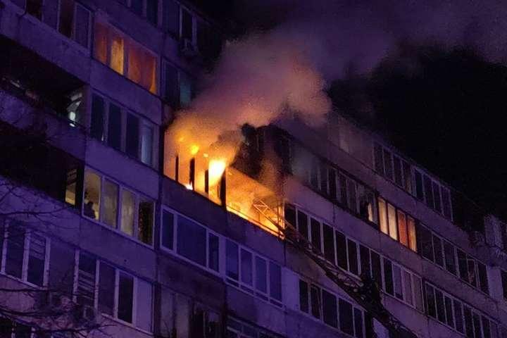 Вогнеборці за допомогою пожежної автодрабини врятували з балкона палаючої квартири жінку - Вночі сталася серйозна пожежа у багатоповерхівці в Києві (фото, відео)