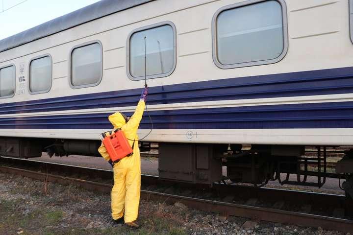 Дезінфекційні заходи в потязі «Рига-Київ» - Рятувальники провели знезараження потягу, що прибув до Києва з Риги (фото, відео)
