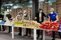Фото: - <span>Коштом Фонду Порошенка закуплені цукор, борошно, крупи, олія, печиво та інші продукти тривалого зберігання</span>