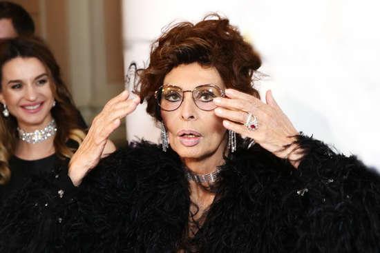 <p>Легендарная итальянская актриса Софи Лорен пострадала от упавшего на нее потолка</p> <p> — На 85-летнюю Софи Лорен рухнул потолок в ее собственном доме»></p></div> <div class=