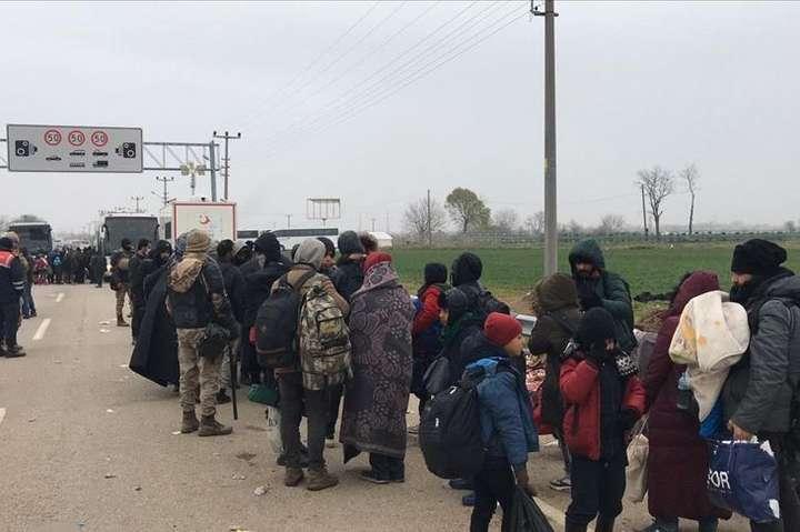 За підтримки адміністрації губернатора Едірне біженців на автобусах розподілили по тимчасовим місцям розміщення і помістили під каратнин - Загроза коронавірусу змусила біженців залишити кордон між Туреччиною і Грецією