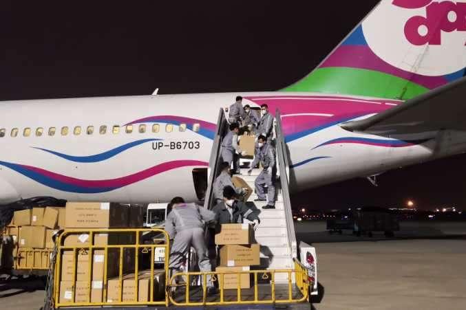 pУ міжнародному аеропорту міста Сямень літак авіакомпанії SCAT Boeing 767-300 завантажується черговою партією медичних масок, захисних костюмів та інших протиепідемічних засобів для України/p - До України з Китаю прибуде ще один літак із масками та захисними костюмами