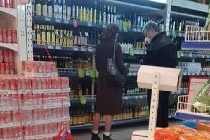 Супругов Порошенко в масках сфотографировали в супермаркете - Порошенко с женой заметили в супермаркете с покупками (фото)