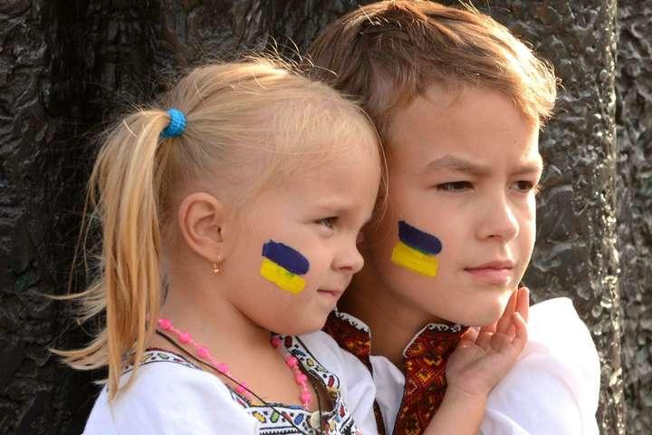 Діти під час відзначення Дня Незалежності України (архівне фото) — Війна на два фронти: Україна між коронавірусом і російською агресією