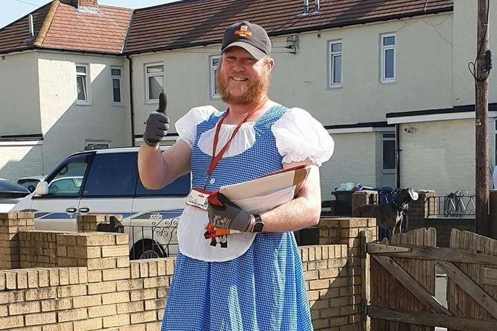 <p>Почтальон из Англии Джон Мэтсон надевает костюмы для поднятия духа жителей во время пандемии коронавируса</p> - В Англии почтальон доставляет заказы в смешных костюмах во время карантина (фото)