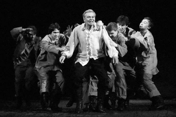 Актер театра имениЯкуба Коласав ВитебскеВиктор Дашкевич (в центре фото) умер вледствие инфицирования коронавирусом - В Беларуси от коронавируса умер актер