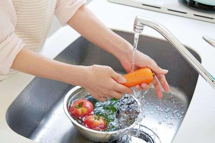 Пандемия короновируса: ученые рассказали, нужно ли мыть продукты мылом