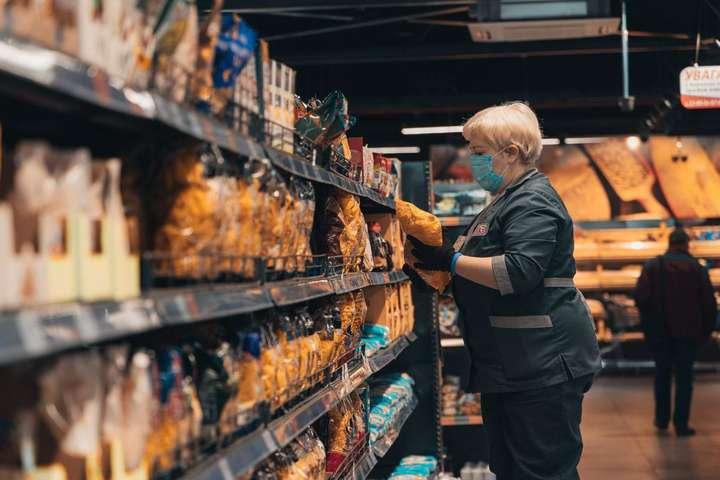ВАТБ зняли всі обмеження з придбання товарів в одні руки для відвідувачів магазинів торгової мережі у всіх регіонах України - Мережа АТБ оголосила про зміни у ціновій політиці та нормах продажу товарів в одні руки
