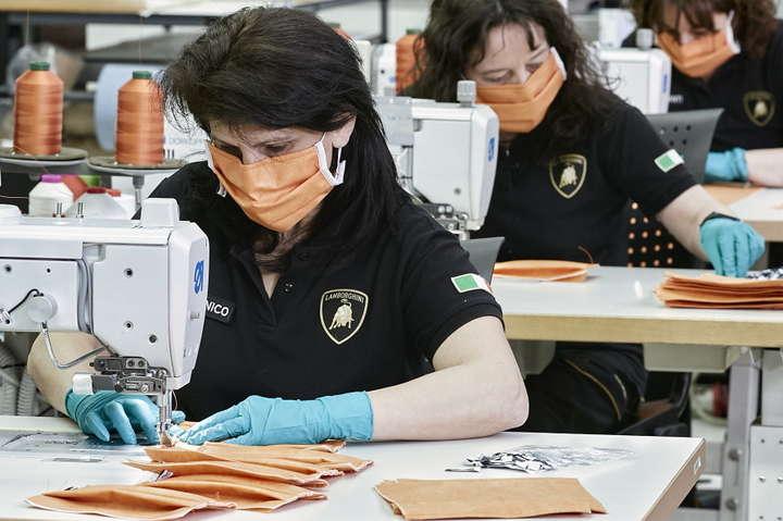 <p>Маски роблять в цеху Lamborghini, який займається обробкою салонів</p> - Італійський автовиробник Lamborghini почав виробляти медичні маски