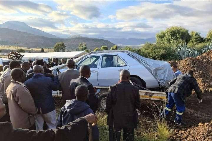 <p>В похоронном бюро признались, что никогда еще не хоронили мертвеца в машине</p> <div></div> <p> — В Южной Африке политика похоронили в автомобиле (фото)»></p></div> <div class=
