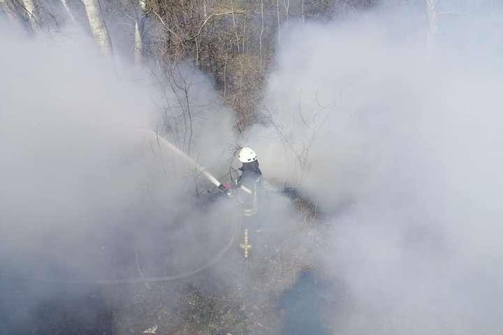 5 квітня сталося загорання трав'яного настилу в Оболонському районі - Київ у вогні: за тиждень сталося понад дві сотні пожеж (фото)