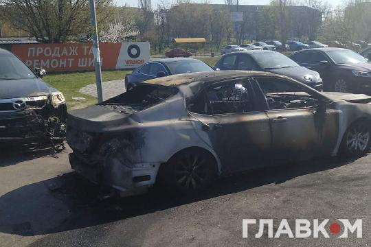 Повністю знищено вогнем авто Toyota Camry — Нічна пожежа у Києві: з'явилися фото і відео, як палав автомобіль