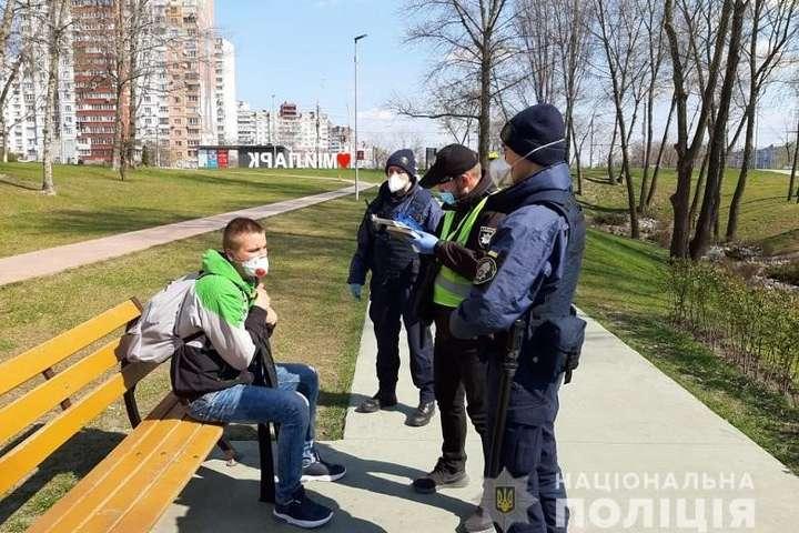 Київські поліцейські показали, як відловлюють порушників карантину - Порушники карантину в Києві сплатили вже майже 100 тис. грн штрафів
