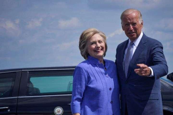 Демократична кандидатка у президенти Гілларі Клінтон із віцепрезидентом Джо Байденом під час передвиборчої кампанії 2016 року