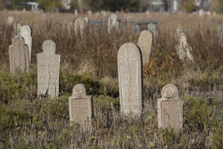 Вандали розбили загалом п'ять – шість надгробків - В окупованому Криму вандали осквернили могили кримських татар