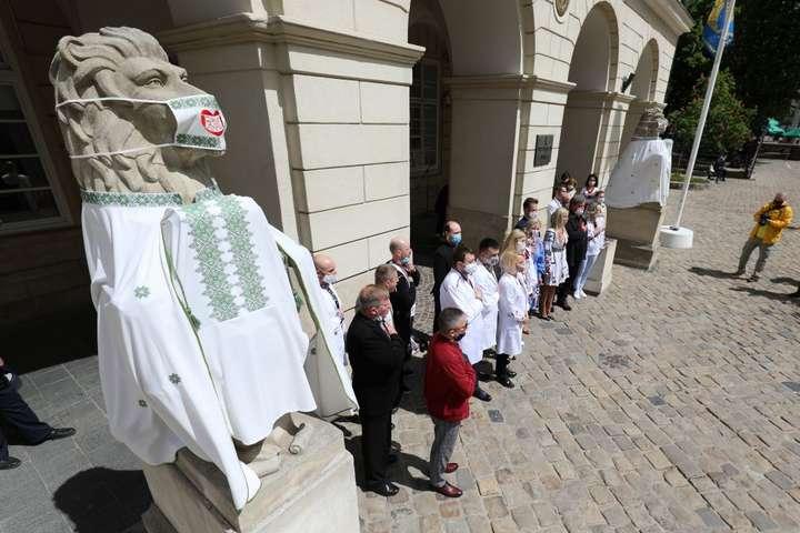 У Львові левів одягнули у вишиванки — Медики у Львові одягнули левів у вишиванки (фото)
