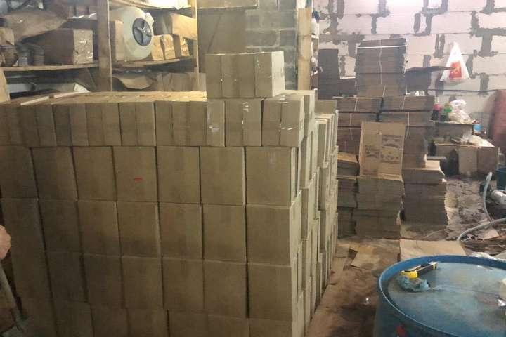 З недоброякісної сировини у великих об'ємах ділки незаконно виготовляли алкогольні напої - Під Києвом правоохоронці вилучили 4 тонни небезпечного алкоголю (фото)