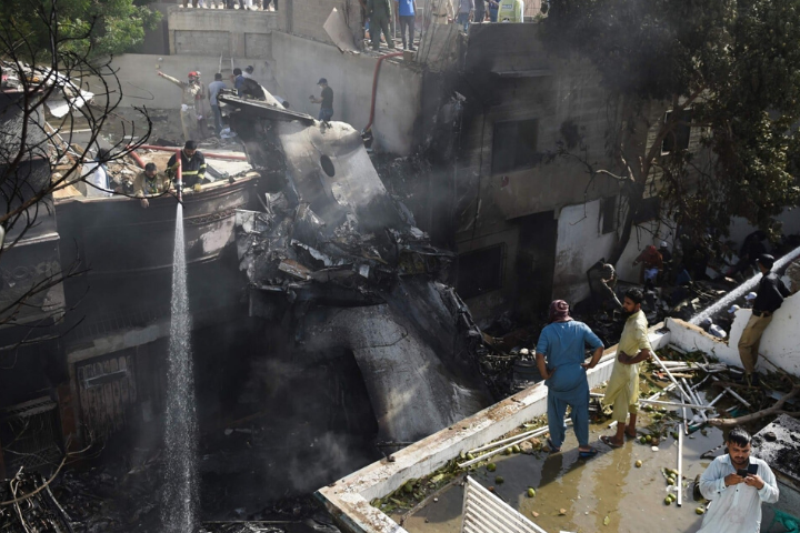 На месте крушения самолета в Пакистане выжило три человека - На месте крушения самолета в Пакистане выжило три человека