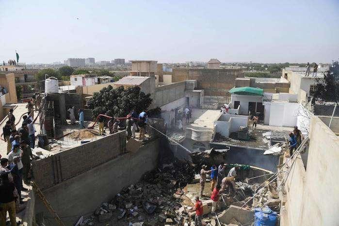 Внаслідок падіння літака в місті Карачібули зруйновані щонайменше п'ять будинків - Авіакатастрофа в Пакистані: троє пасажирів вижили