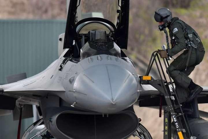 Бельгійський пілот біля винищувача F-16 під час навчань у Литві, січень 2020 року - Військові НАТО перехоплювали російські літаки 300 разів за останній рік