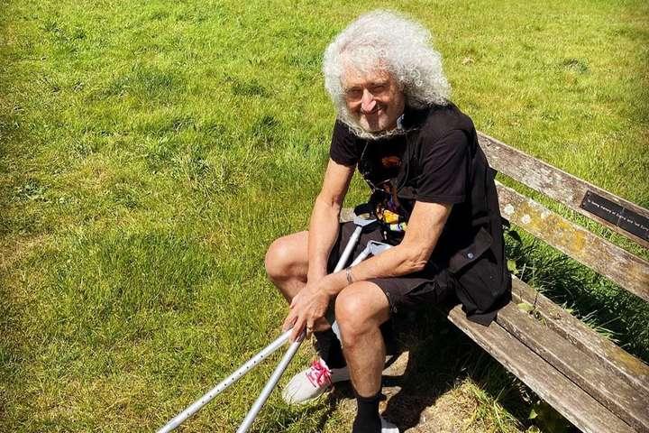 Гитарист группы Queen Брайан Мэй - Гитарист Queen рассказал, как ему живется с «разорванной в клочья» попой (фото)
