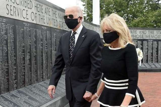 Джо Байден з дружиною перебували у чорних масках — Байден вперше з'явився на публіці після двох місяців самоізоляції