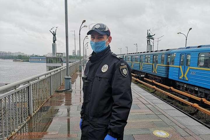 Від останнього кроку чоловіка врятував правоохоронець - Чоловік намагався вчинити самогубство на станції київського метро