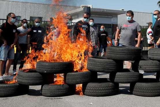Рішення про закриття підприємства викликало протести, зокрема, десятки людей палили шини навпроти будівлі заводу - У Барселоні палять шини через закриття заводу Nissan