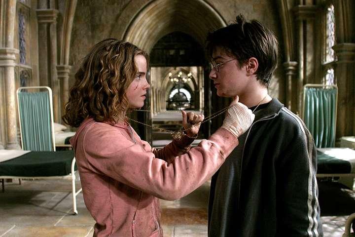 <p>Необычное положение двух пар ног заметили внимательные фанаты</p> <div></div> - В титрах к фильму «Гарри Поттер и узник Азкабана» зашифрована интимная сцена. Присмотритесь